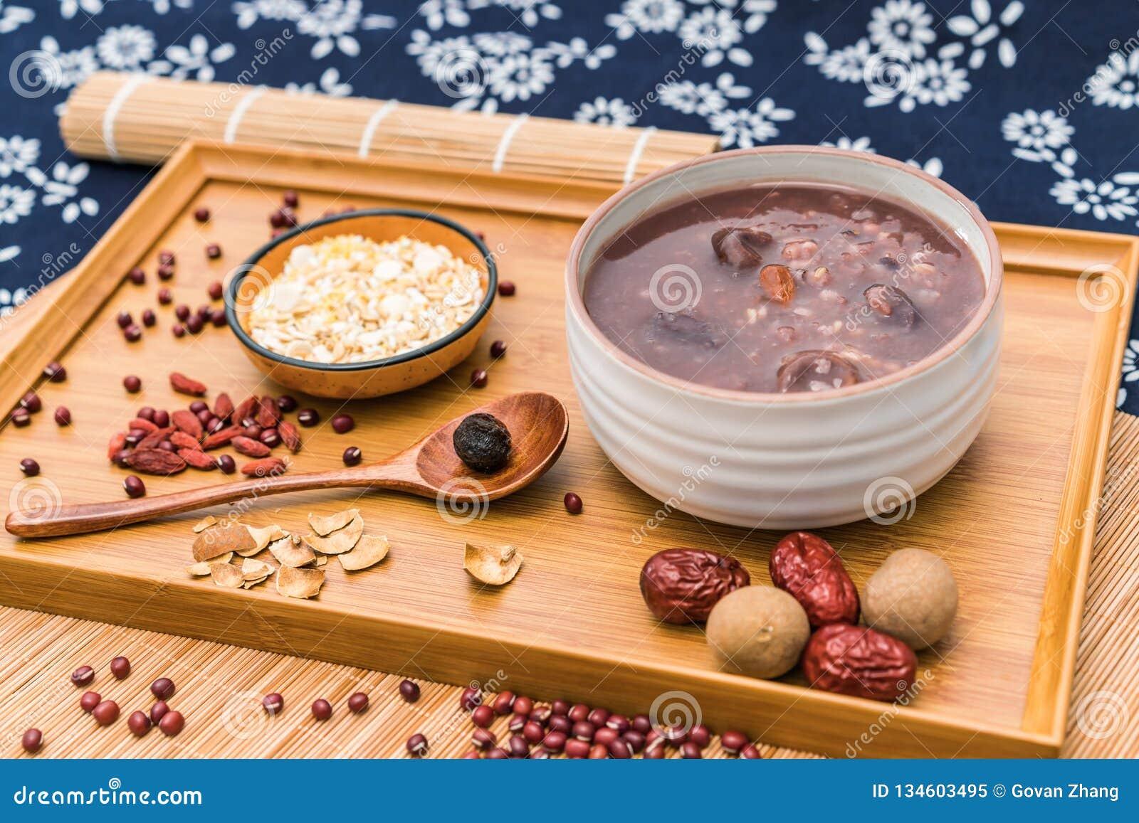 拉巴粥,Babao粥,在北ChinaLaba粥的一个食家盘在对联红色envelopeLaba porr下背景