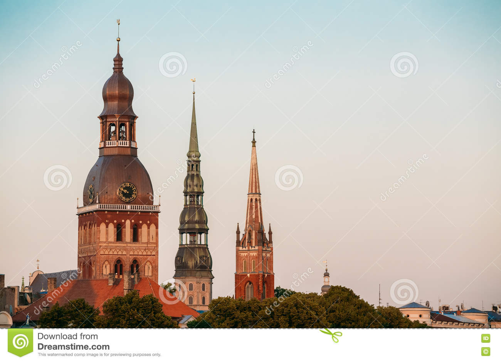 拉脱维亚里加 关闭里加大教堂、圣皮特圣徒・彼得& x27三个塔; s教会