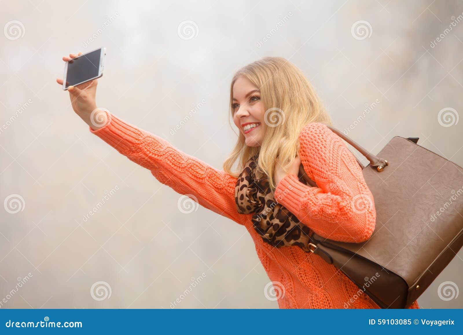 拍与电话的女孩自已照片户外