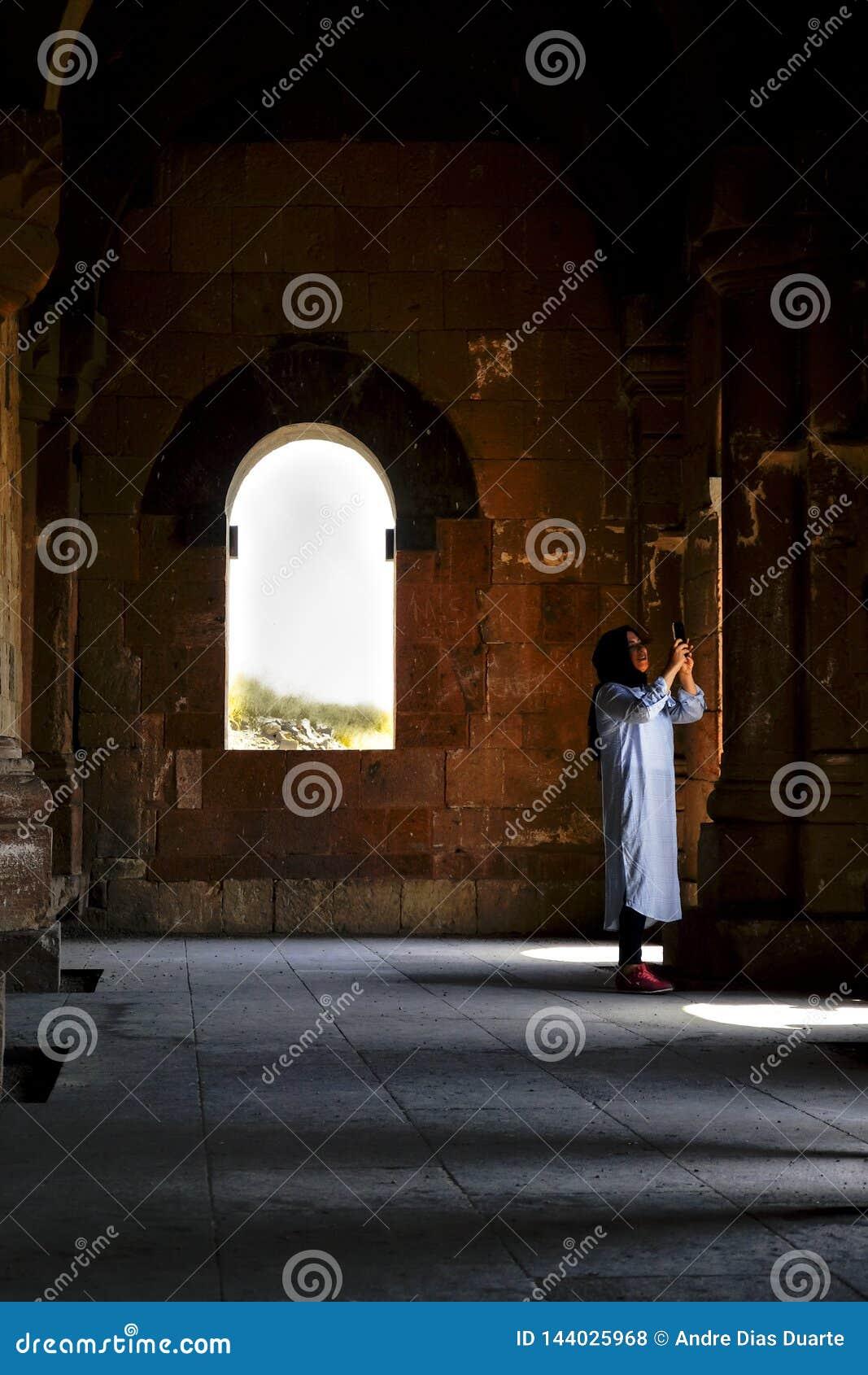 拍在寺庙里面的阿拉伯妇女一张照片