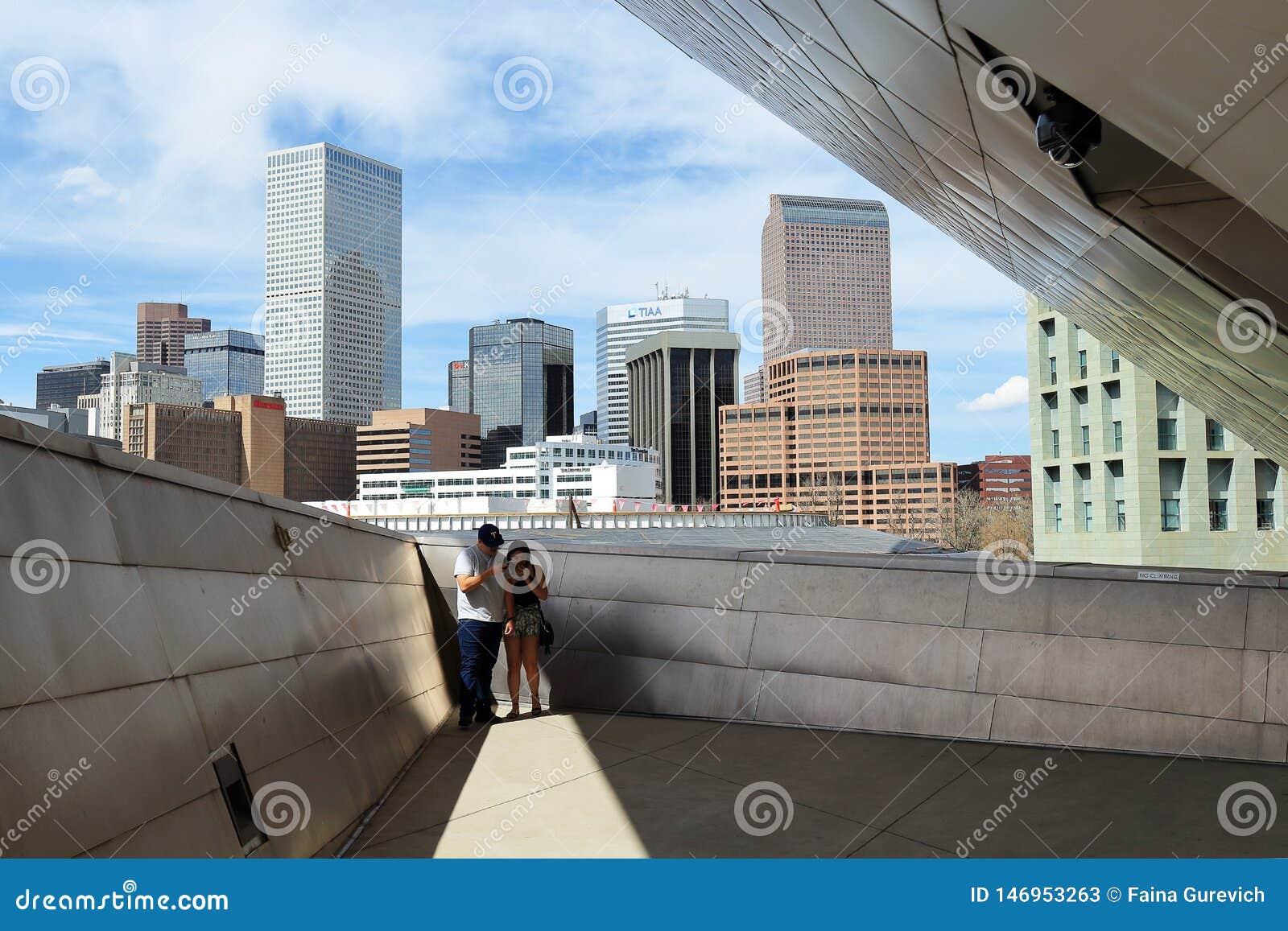 拍在甲板的夫妇照片有在丹佛街市都市风景的一个看法