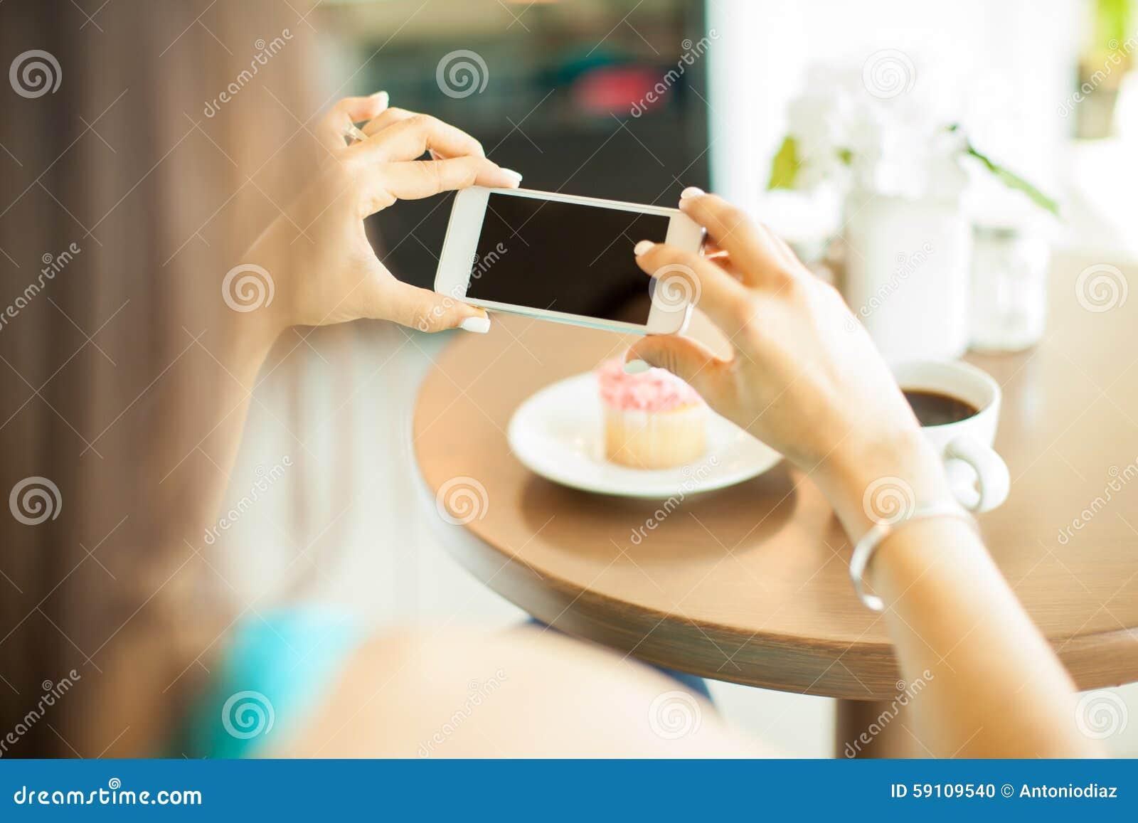 拍她的食物照片