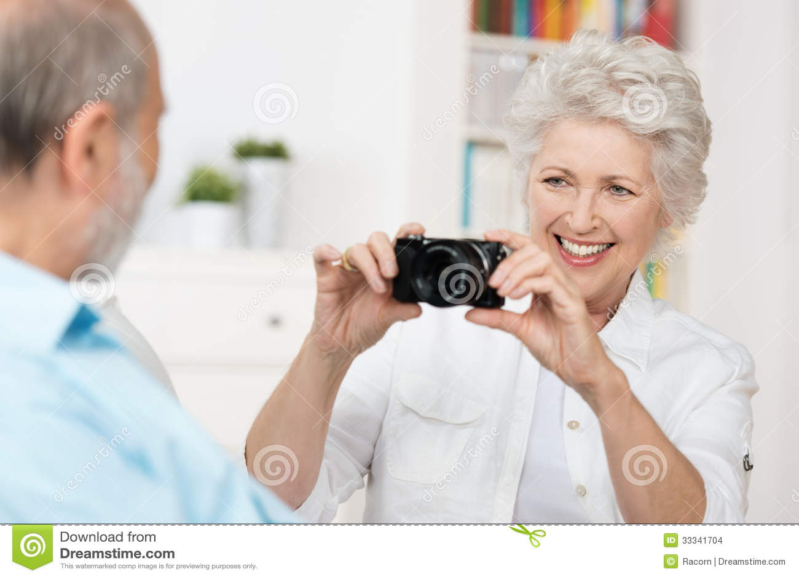 拍摄她的丈夫的年长妇女