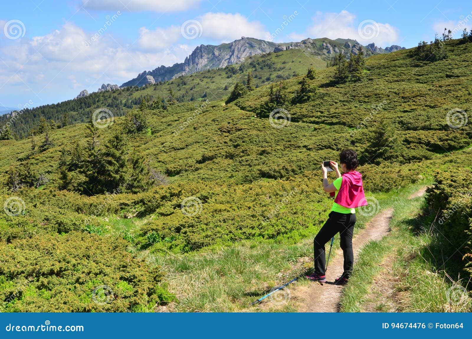 拍摄山的妇女