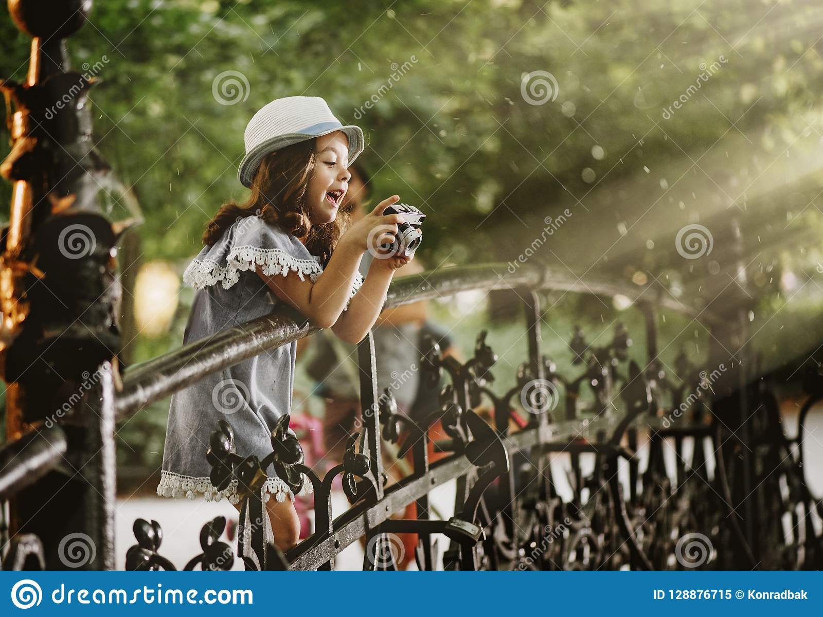 拍照片的一个逗人喜爱的小女孩的画象