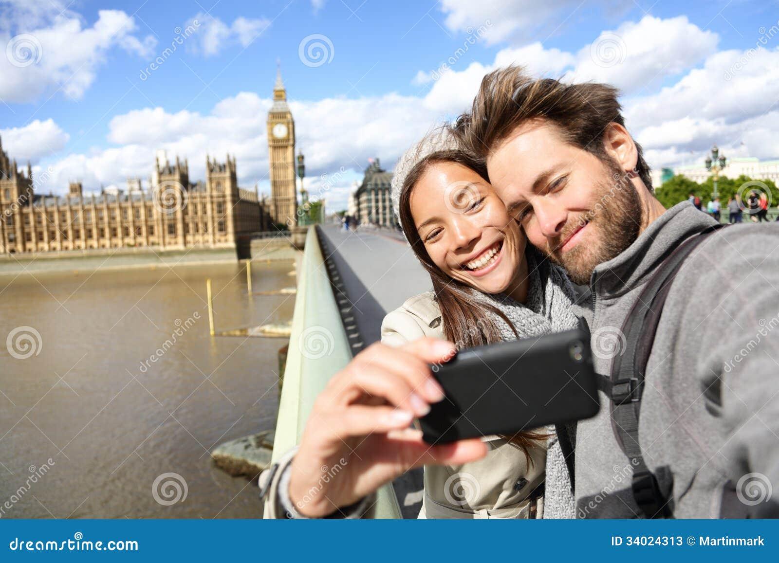 拍照片的伦敦旅游夫妇在大本钟附近