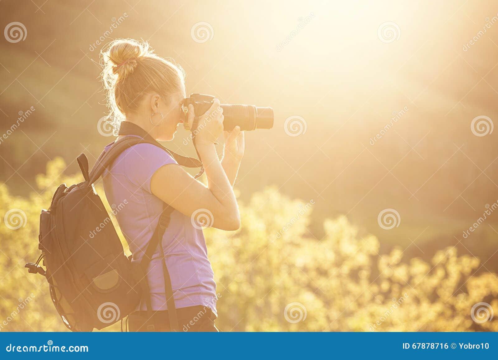 拍照片的妇女户外在一个晴朗的晚上
