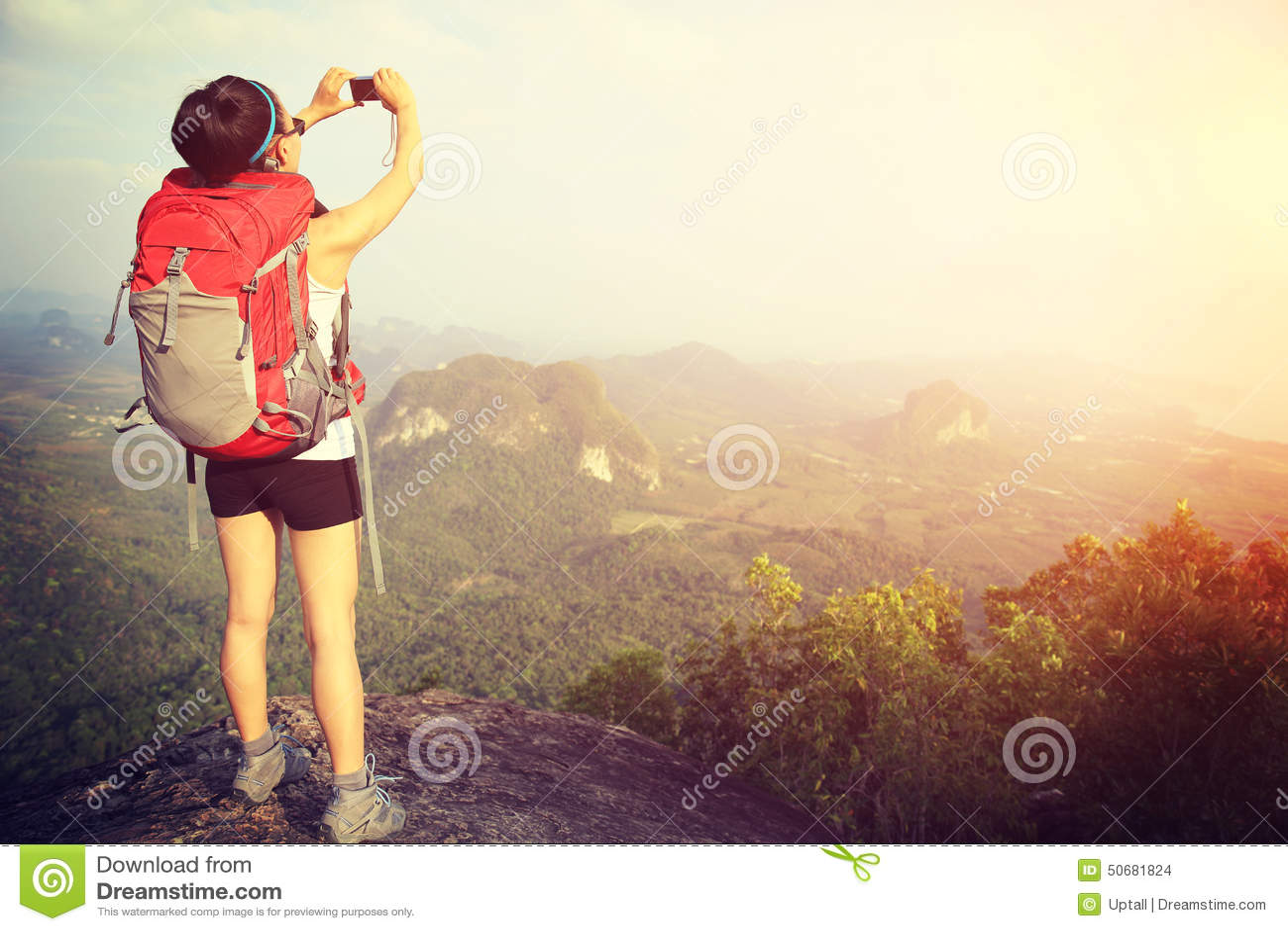 Download 拍照片的妇女远足者 库存照片. 图片 包括有 人员, 自由, 森林, 聚会所, 测试, 峭壁, 享受, 汉语 - 50681824