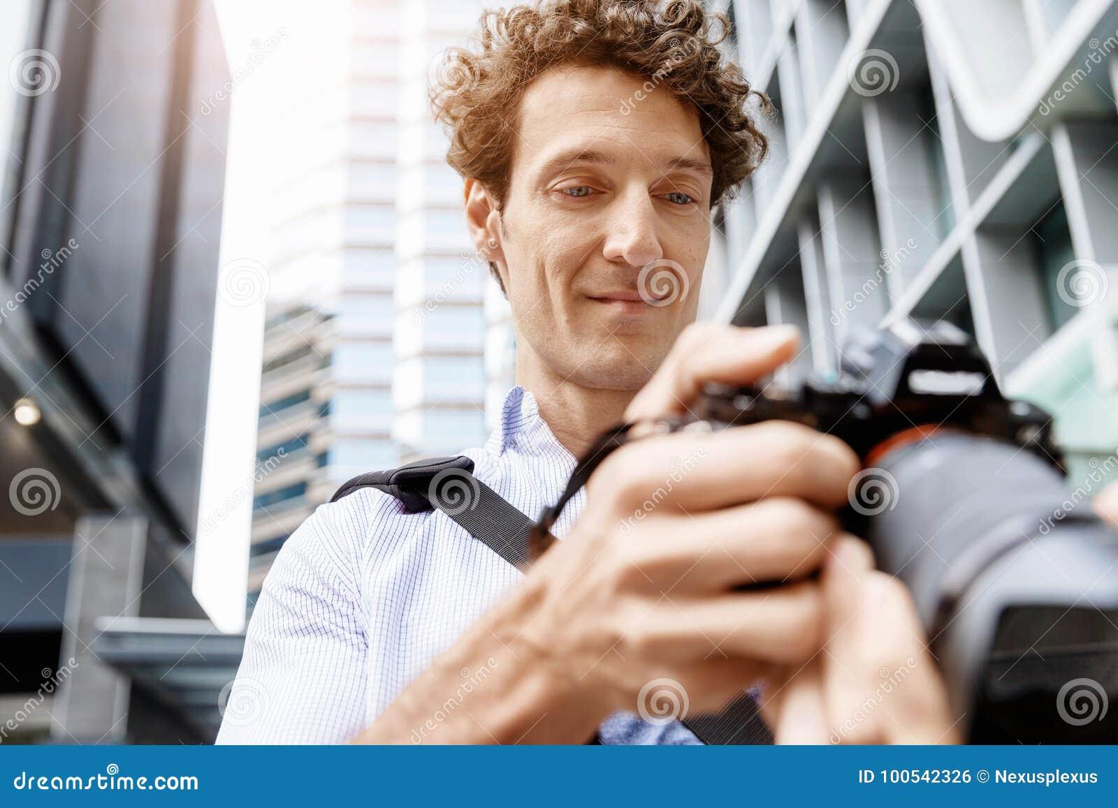 拍一部日本成人片需要几个摄影师在场_图片 包括有 人员, 采取, 英俊, 成人, 人们, 旅行家, 夏天, 技术