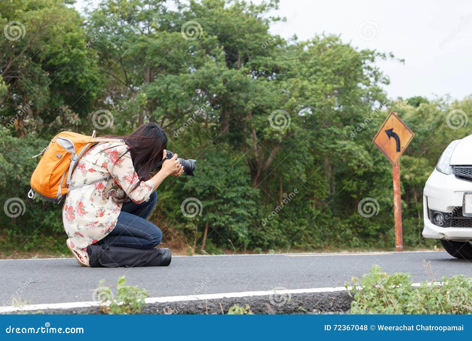 拍照片的美丽的妇女