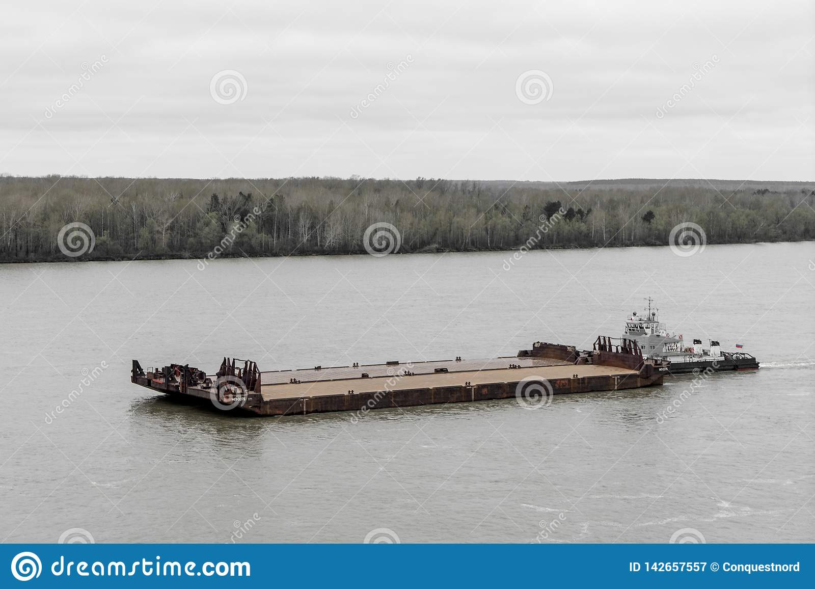 拖轮推挤河的驳船