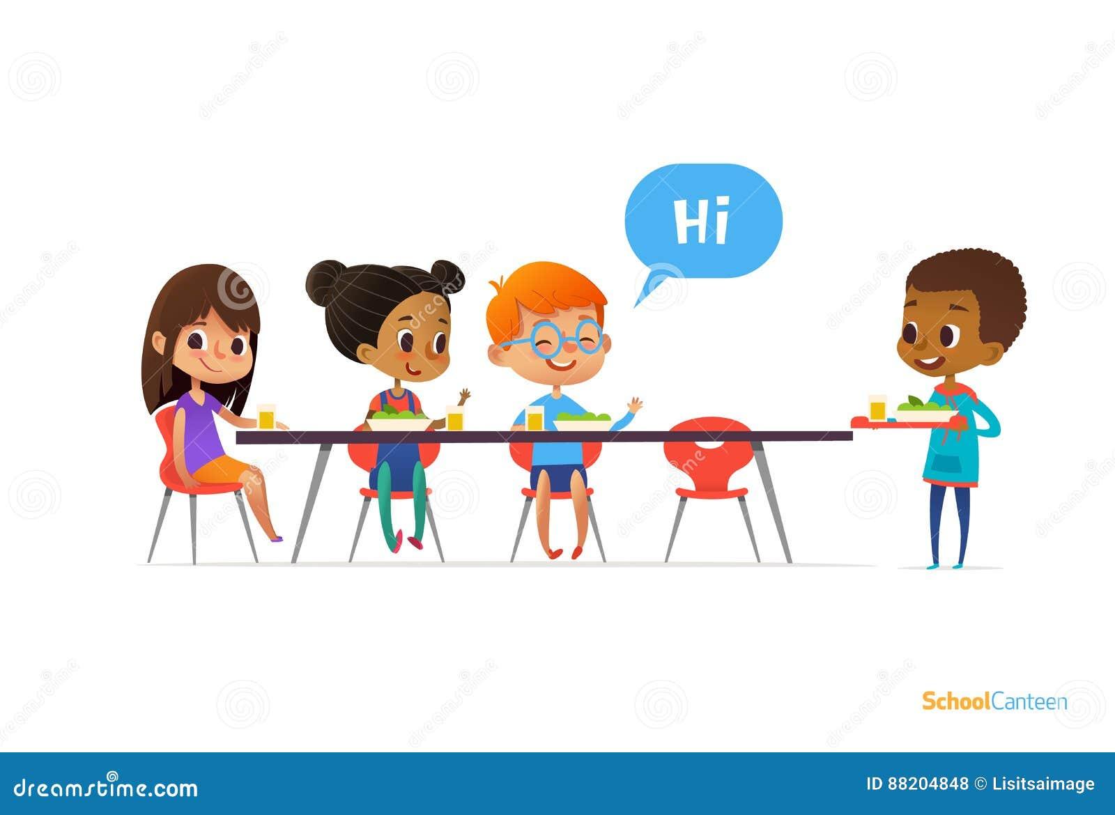招呼多种族的孩子坐在学校军用餐具的桌上和拿着盘子用食物的新来者男孩 儿童s关系骗局