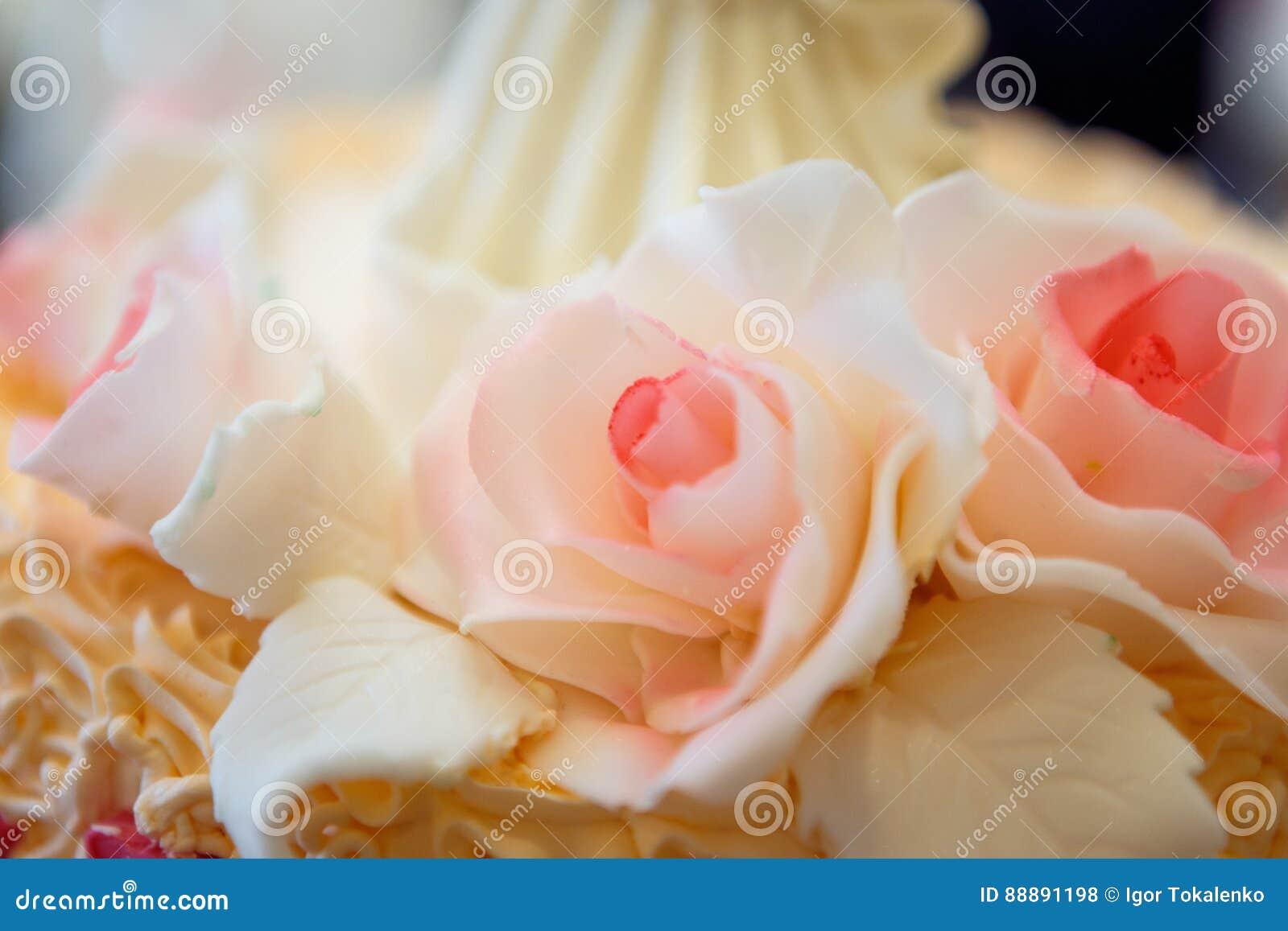 招标与三层的美丽的大婚宴喜饼装饰的