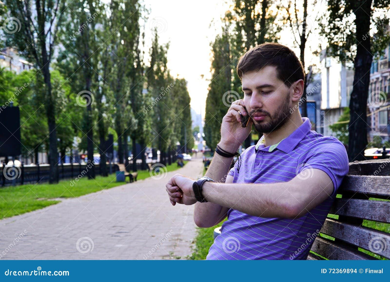 拜访电话的人看手表户外