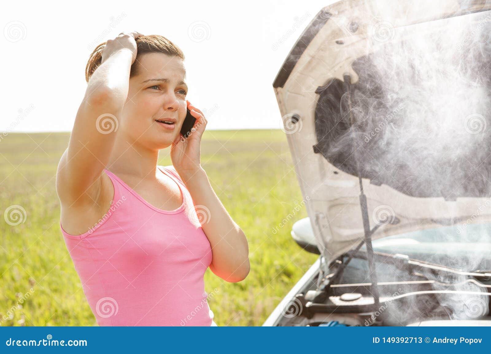 拜访近手机的妇女划分汽车