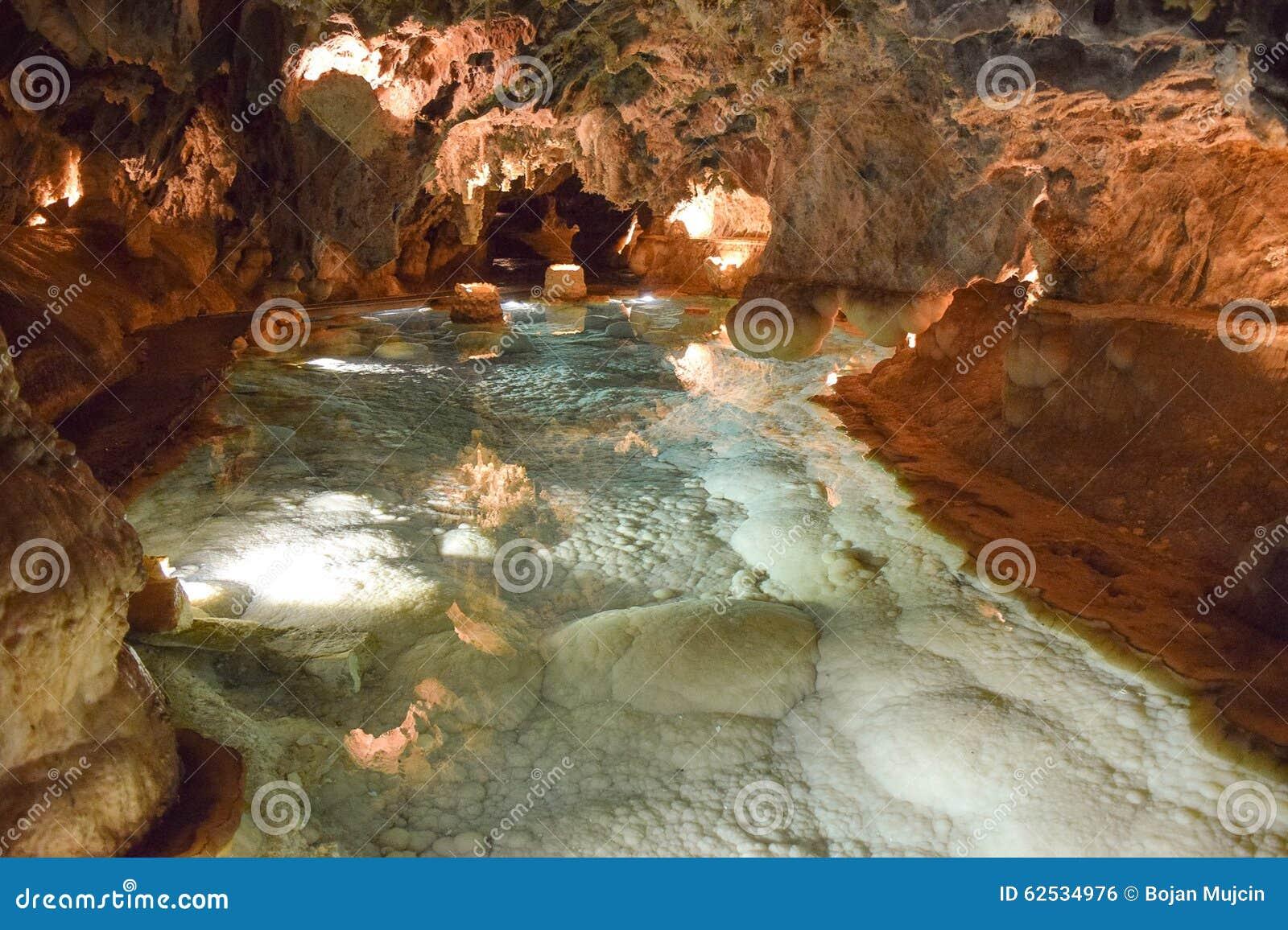 围拢阿拉塞纳的美丽的洞奥秘感觉