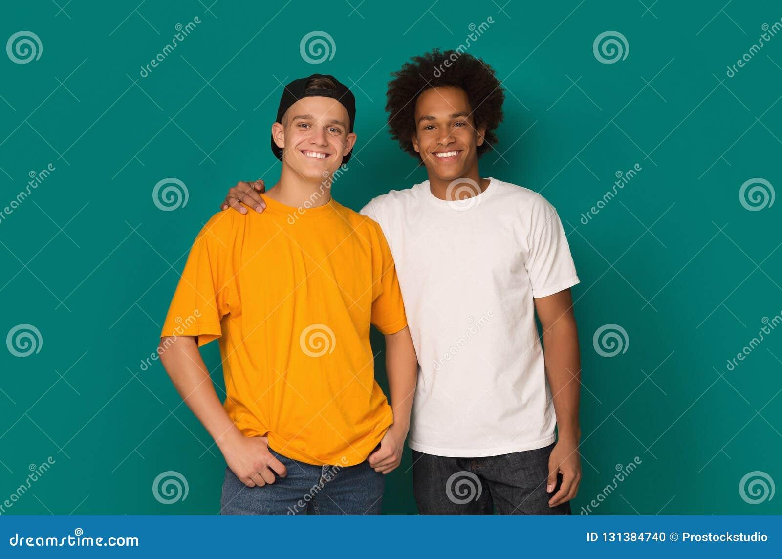 拥抱和看在背景的两个最好的朋友照相机