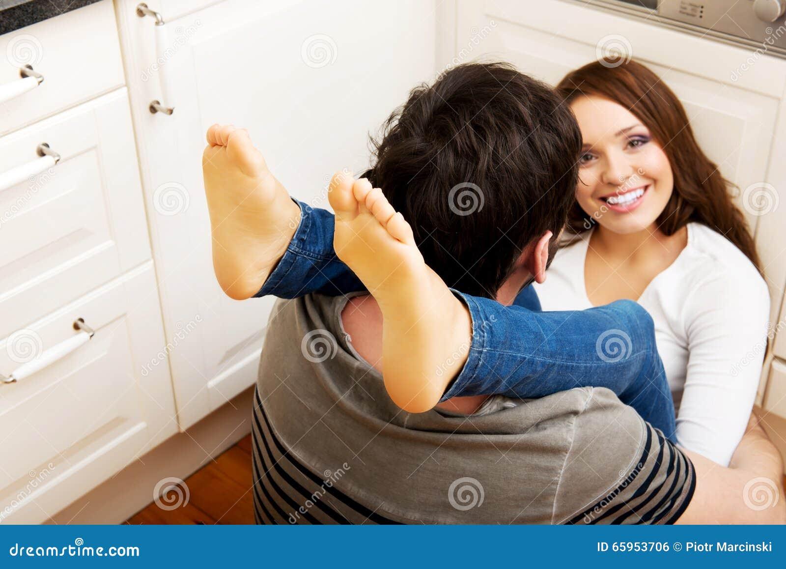 库存照片: 拥抱在厨房里的浪漫夫妇图片