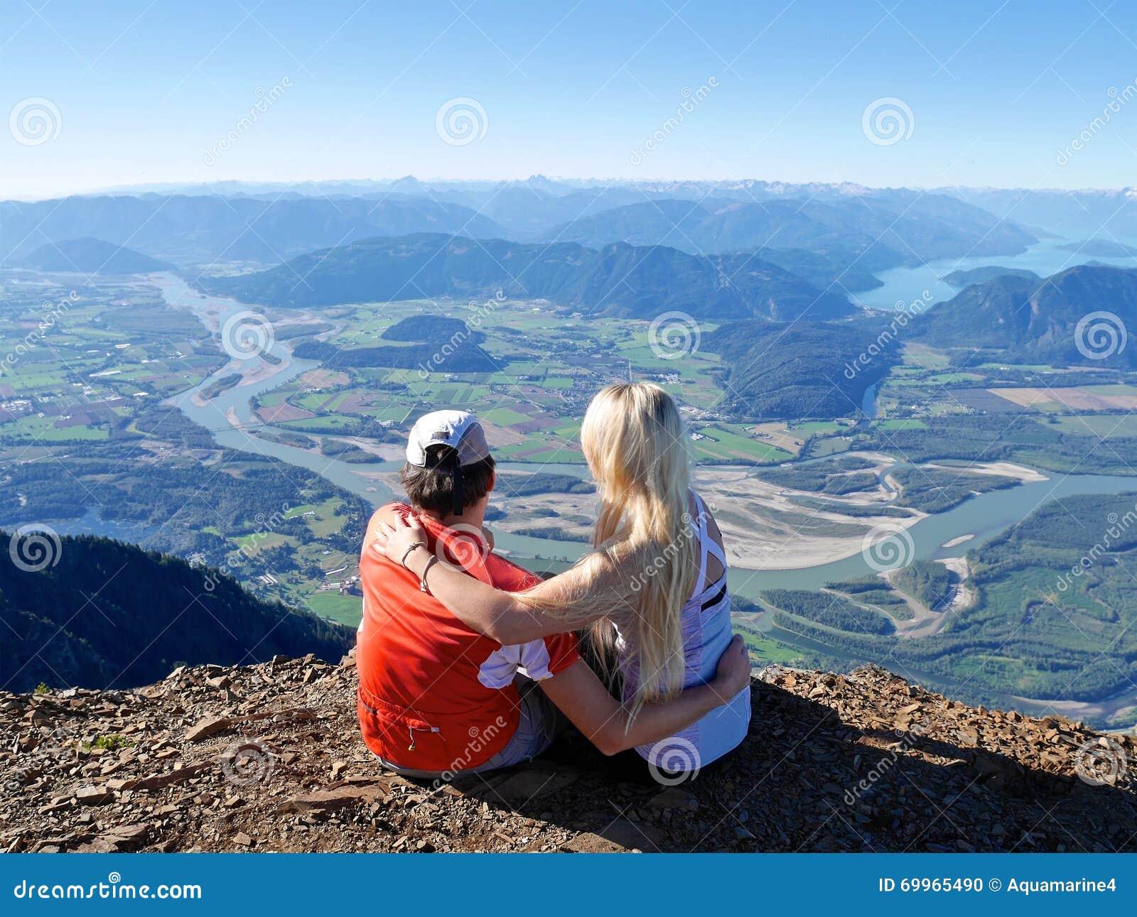 拥抱在山上面的年轻夫妇