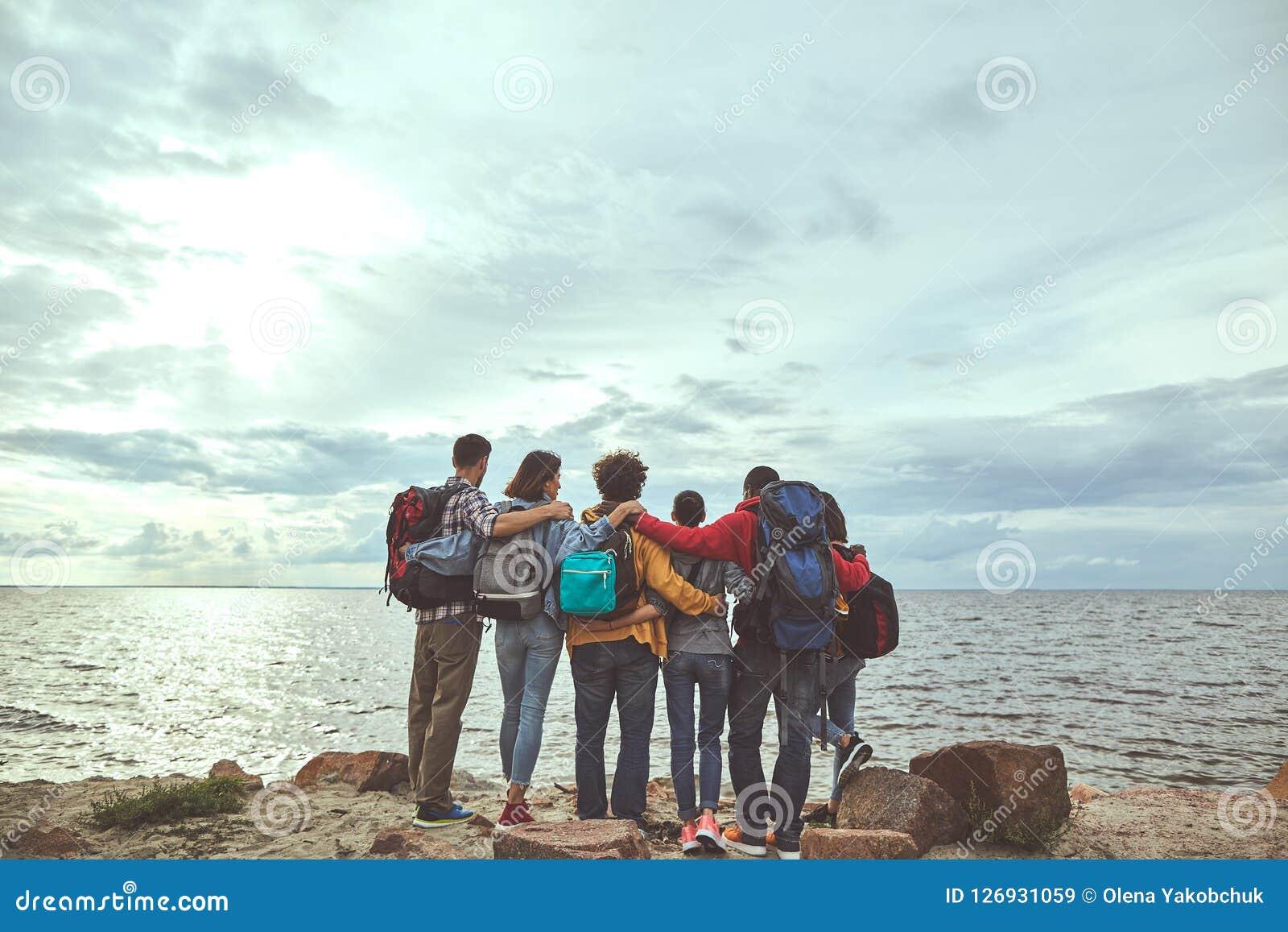 拥抱在海岸的六个朋友