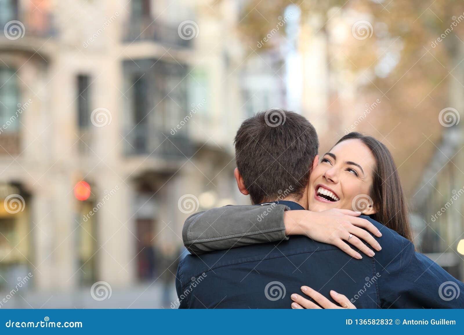 拥抱在结婚提议以后的夫妇