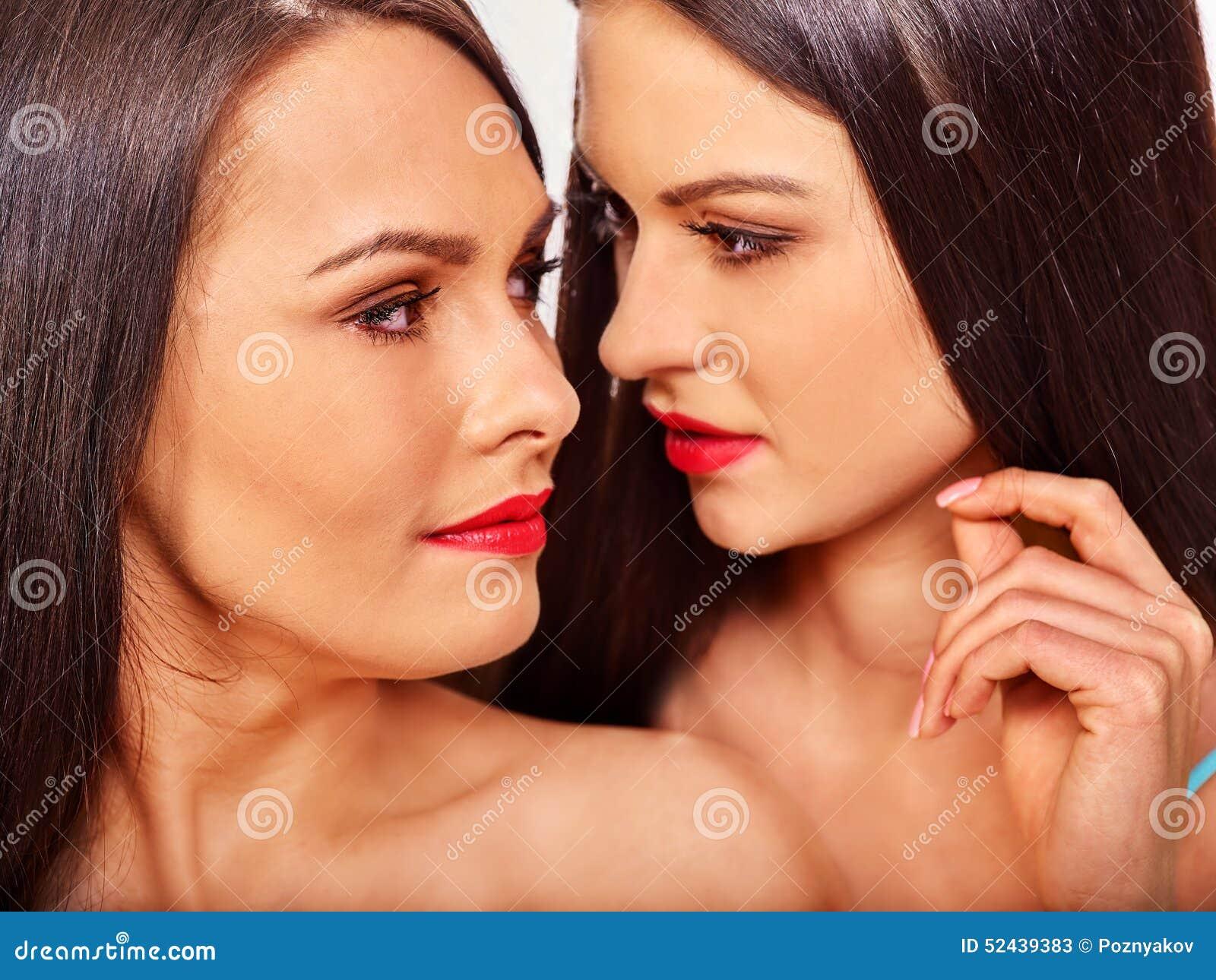 色情女同性恋_拥抱在色情爱抚比赛的两名性感的女同性恋的妇女 查出.