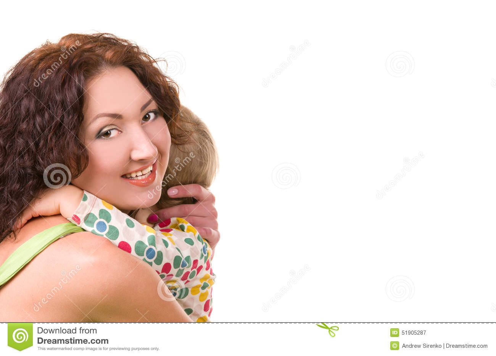 拥抱她的小婴孩的年轻母亲