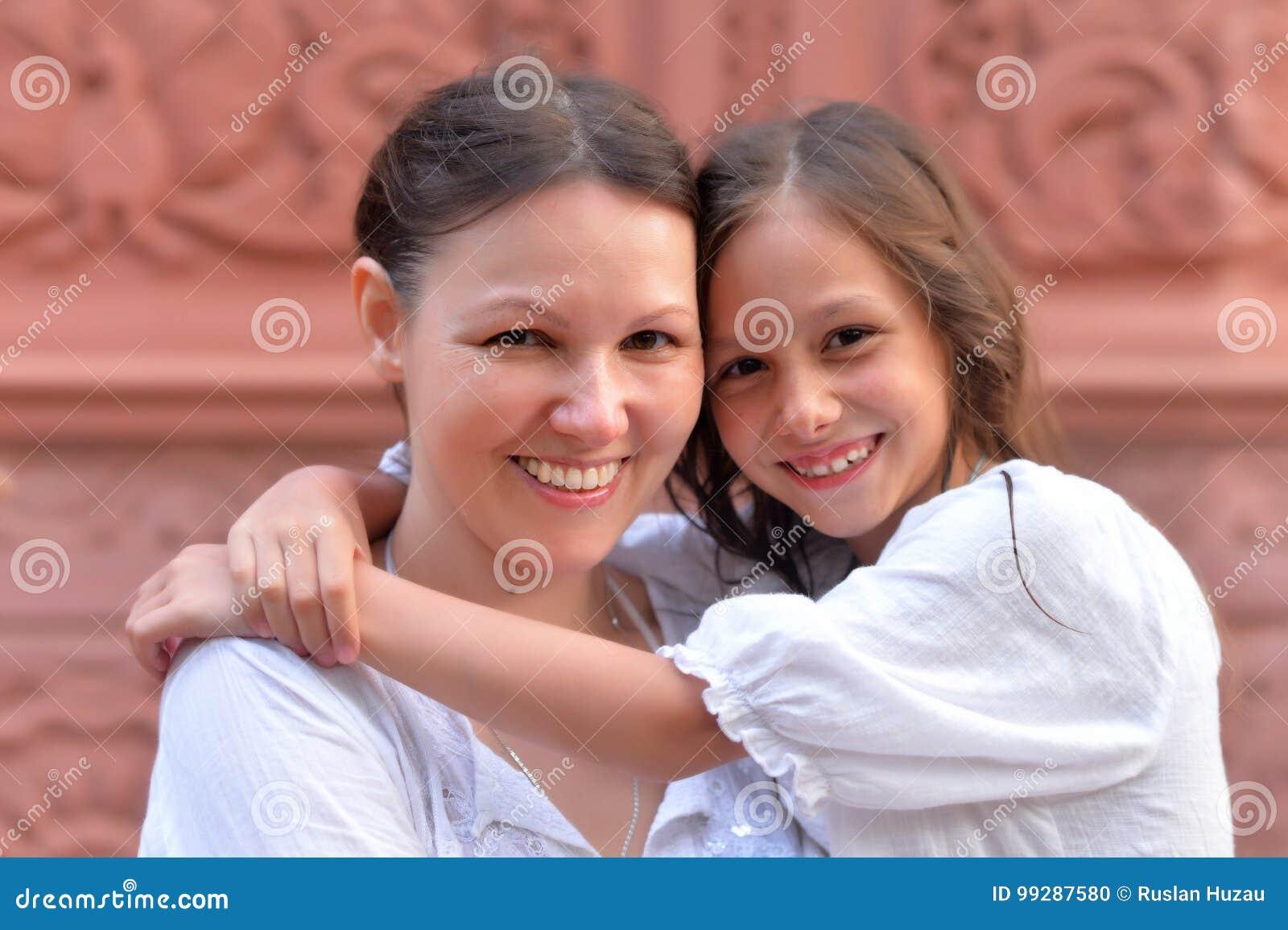 拥抱小女儿的母亲