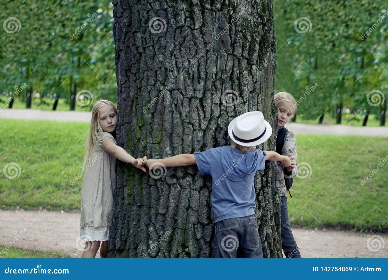 拥抱树的孩子 环保室外自然 户外保护