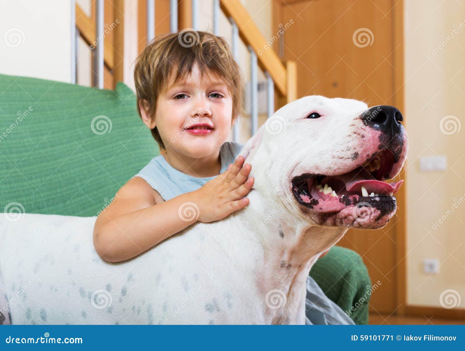 拥抱白色狗的小女孩