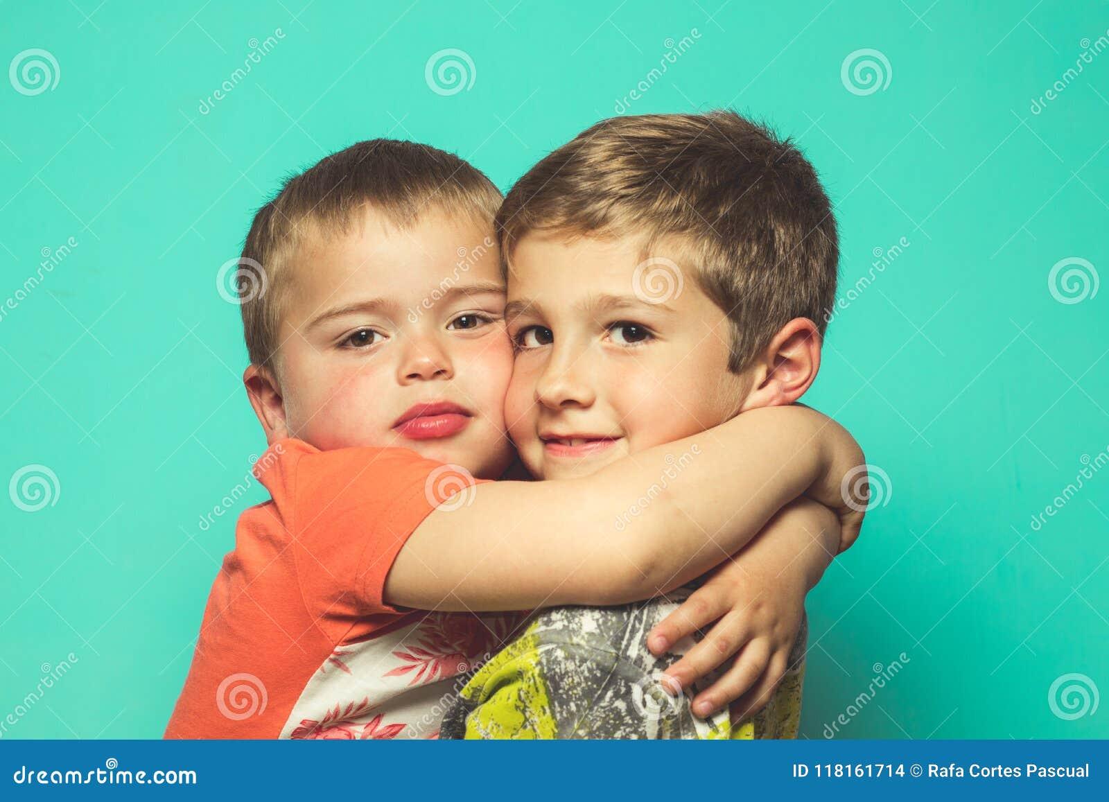 拥抱的两个孩子画象