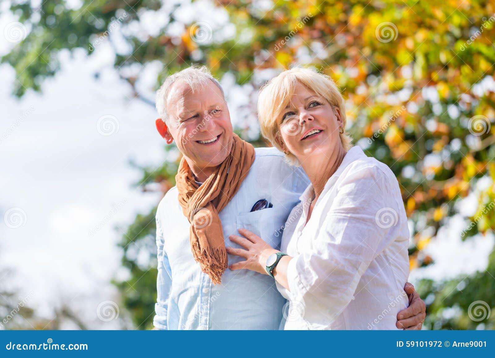 拥抱的老人和妇女在爱