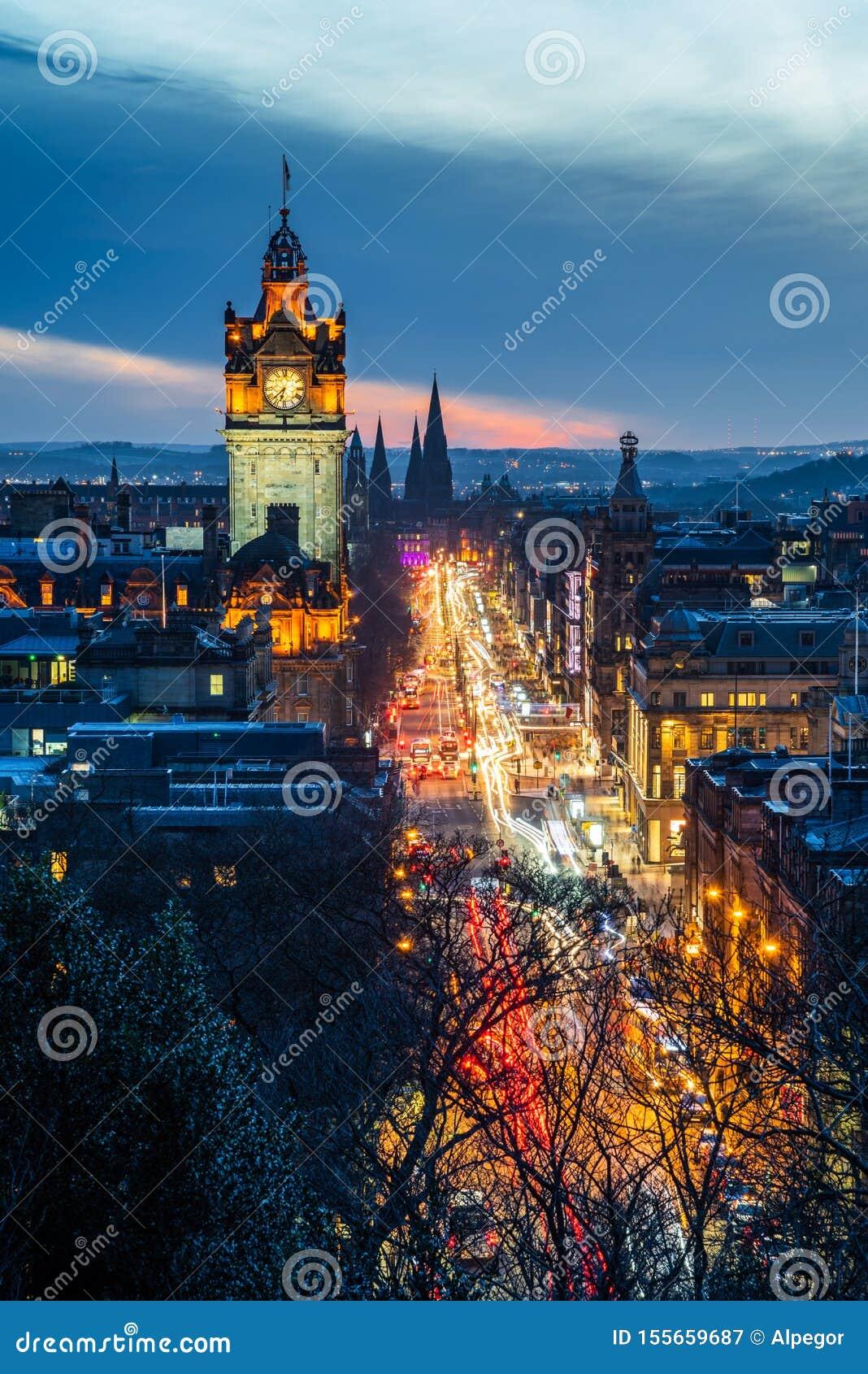 拥挤的街在黄昏的爱丁堡中部