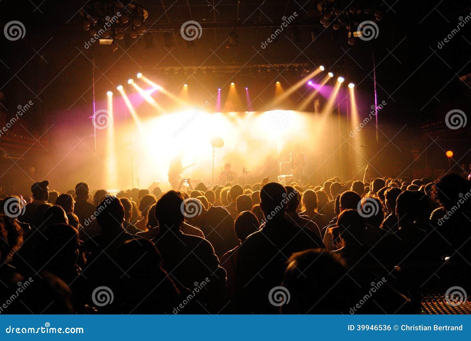 拥挤观看音乐会在圣米格尔火山Primavera声音节日