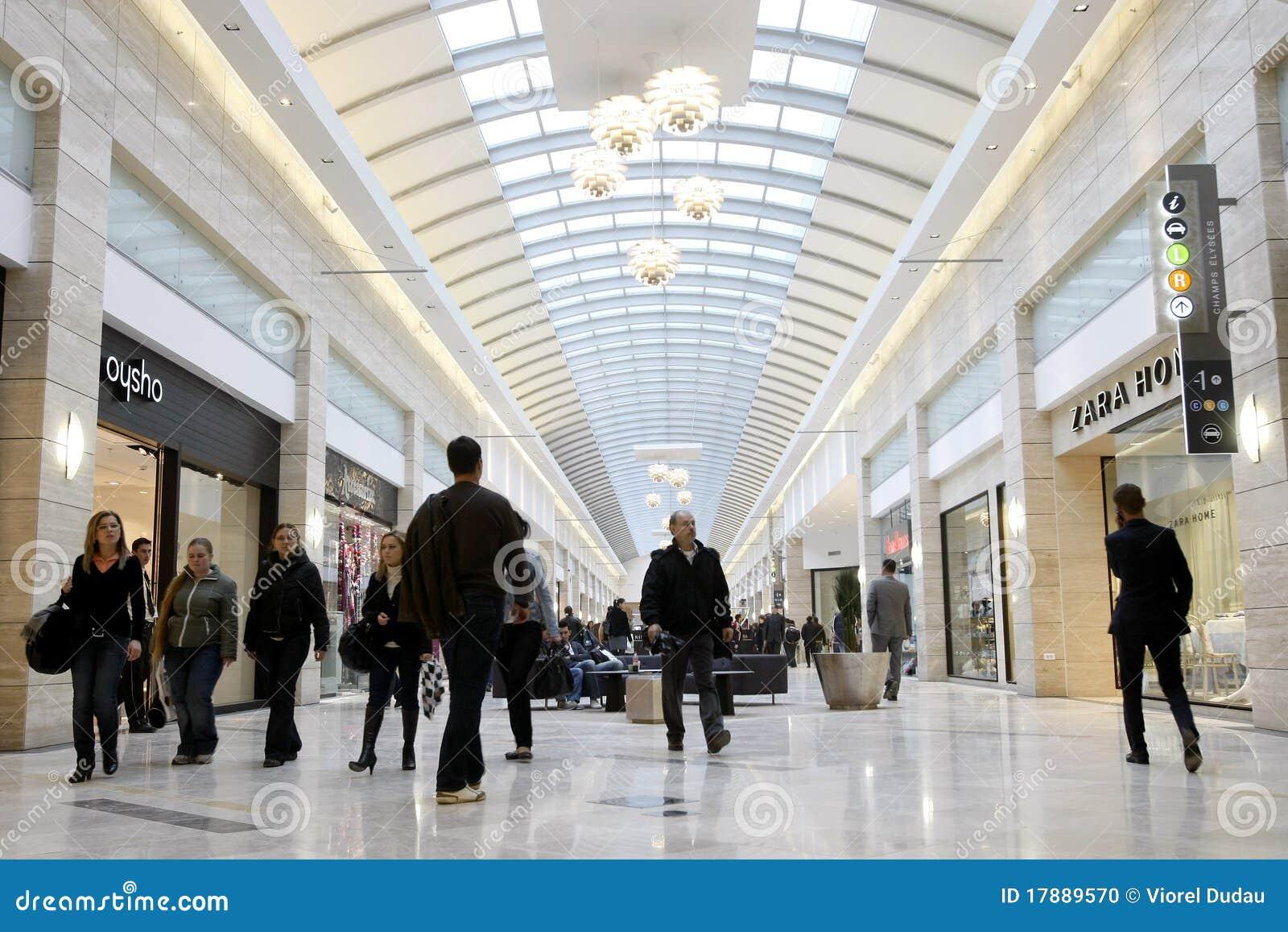 拥挤购物中心购物