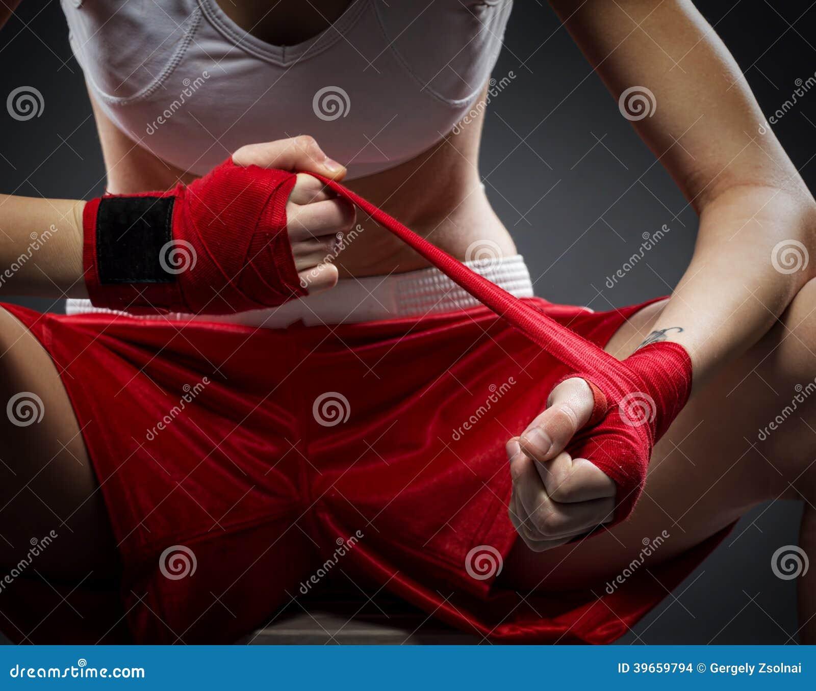 拳击妇女在训练前束缚在他的手上的绷带,