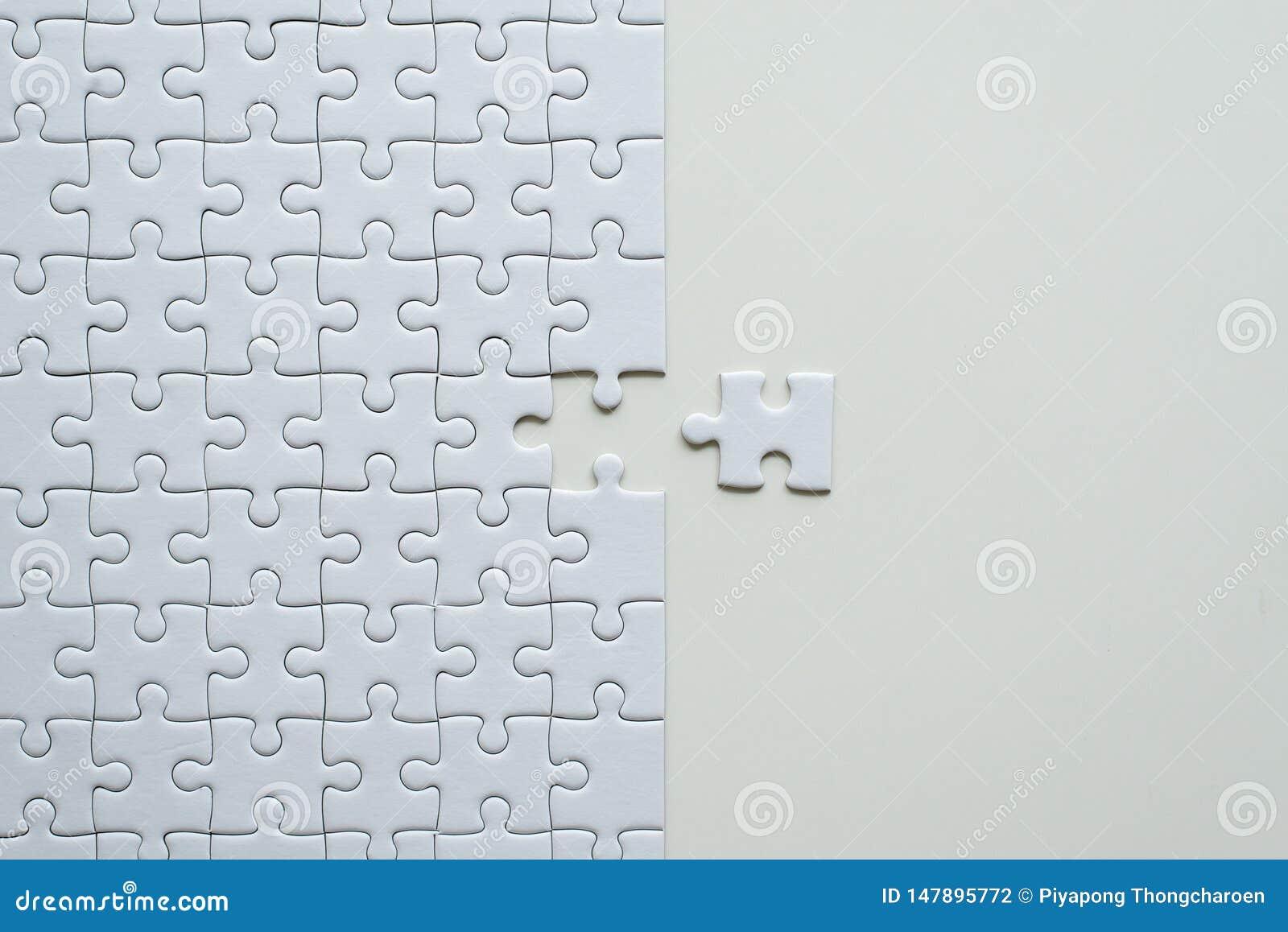 拼图白色,难题片断栅格,马赛克解答模板,顶视图的图片,复制文本的空间
