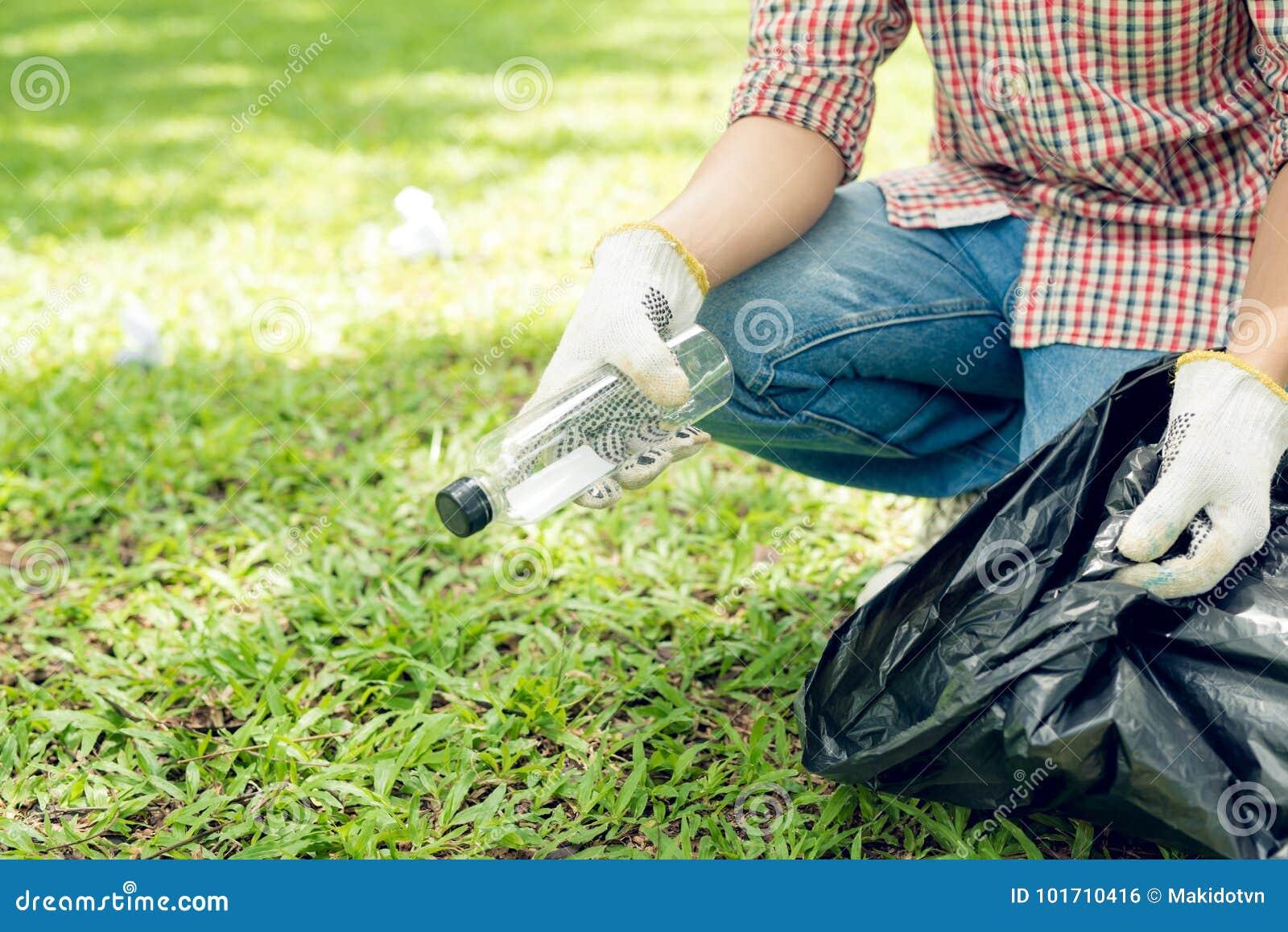 拾起塑料家庭废物的亚裔人在公园
