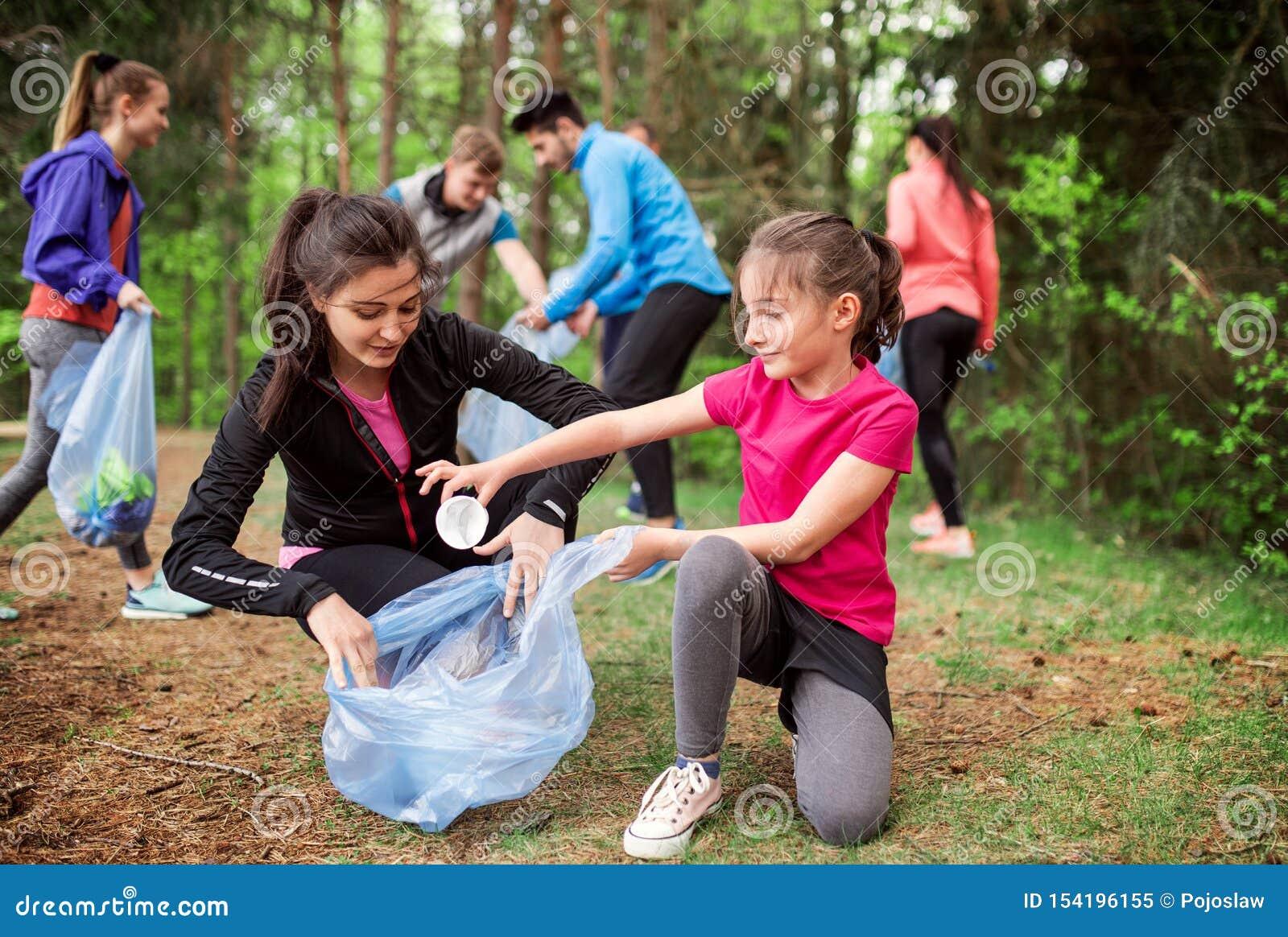 拾起废弃物本质上,一个plogging的概念的小组活跃人民