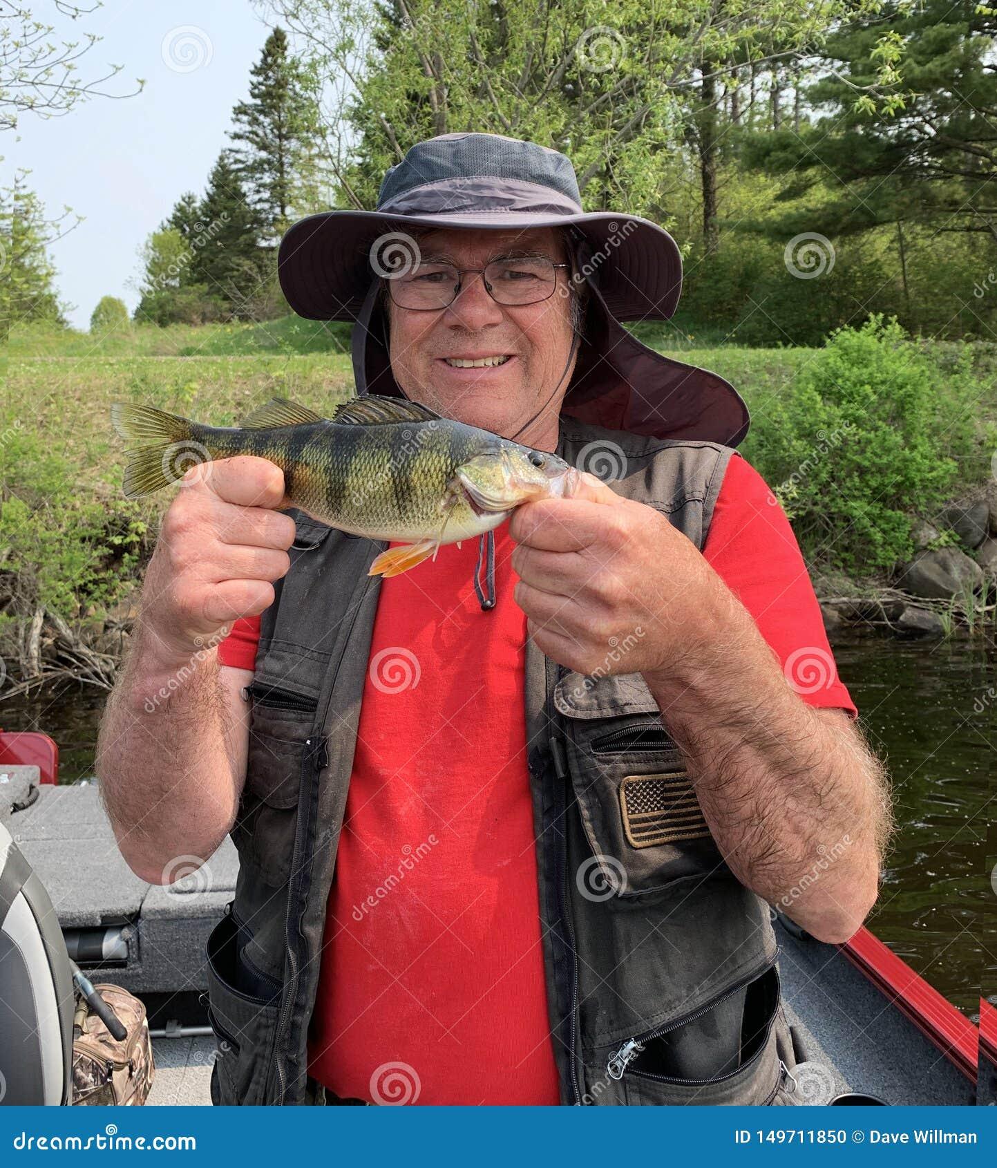 拿着一个超大栖息处的渔夫