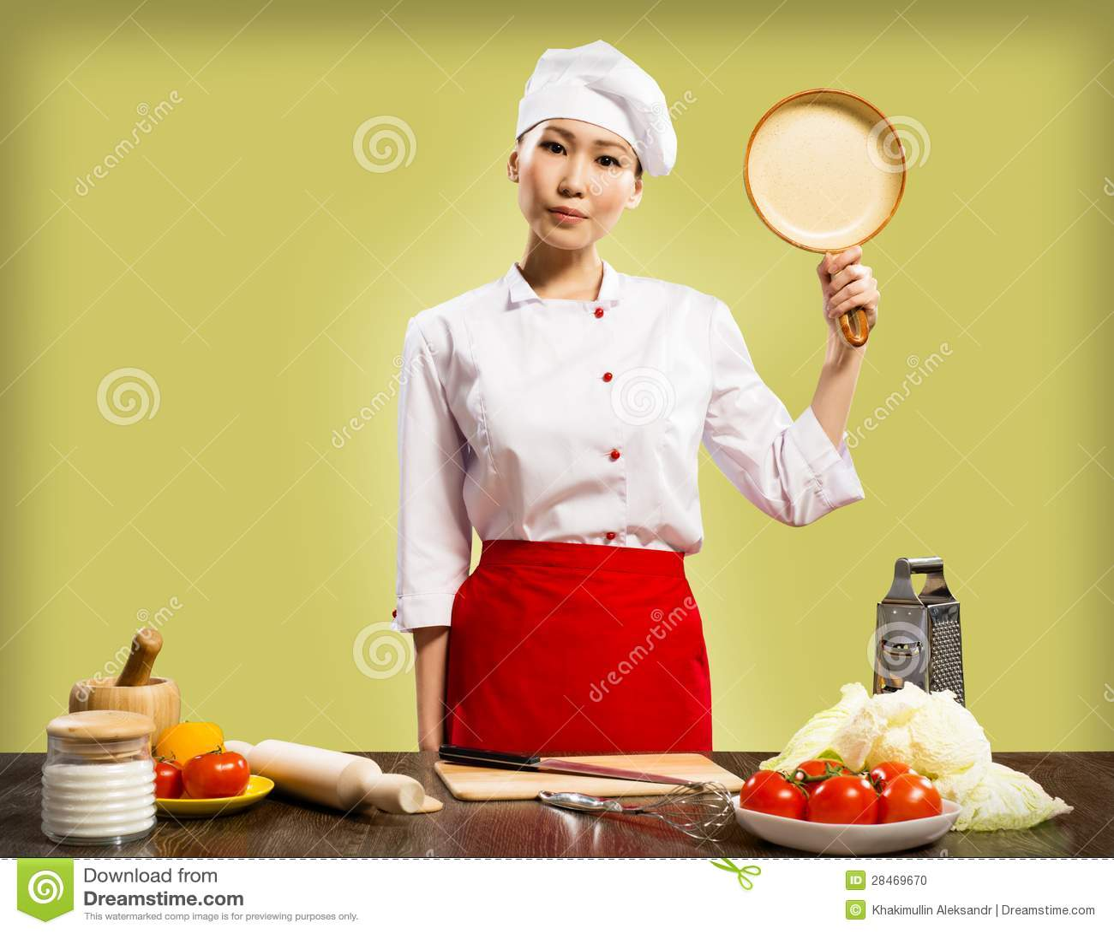 拿着一个陶瓷平底锅的中国妇女主厨
