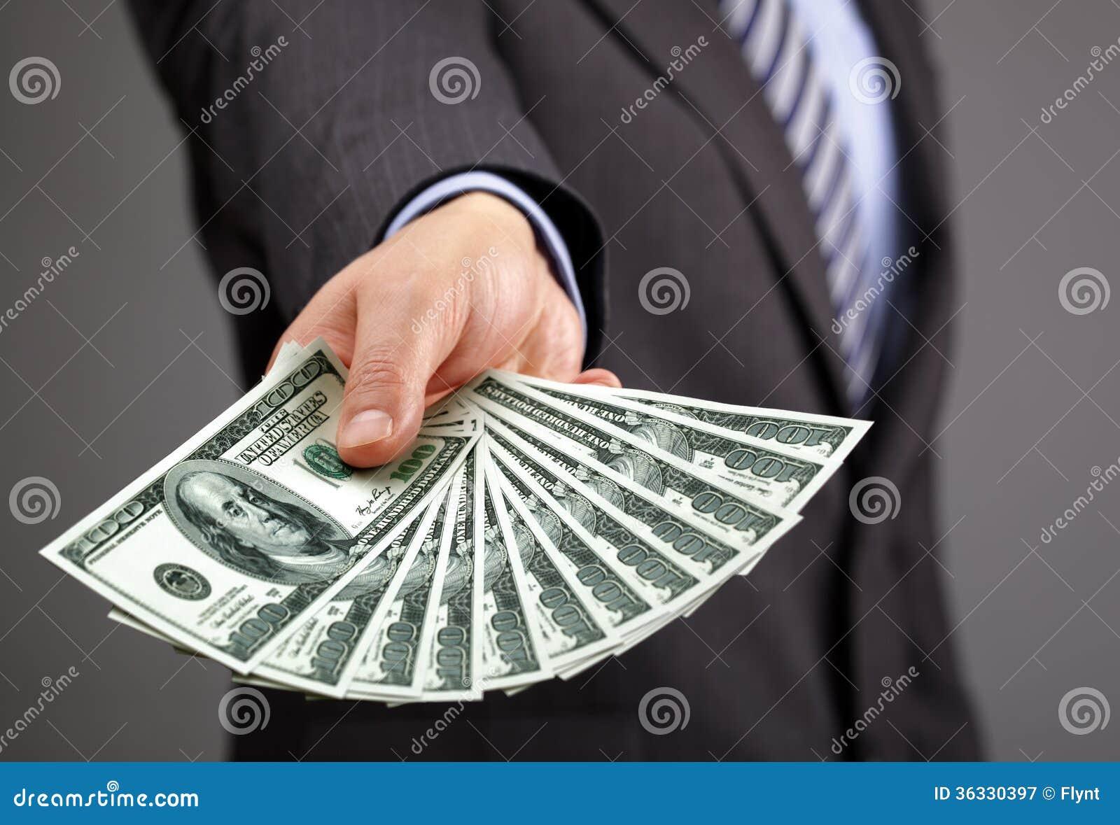 拿着一百元钞票