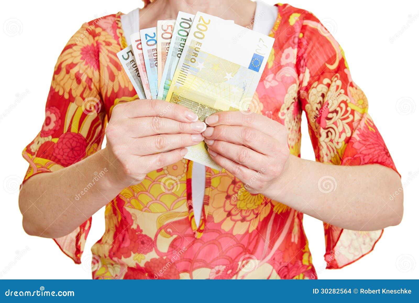 拿着另外欧洲金钱的手
