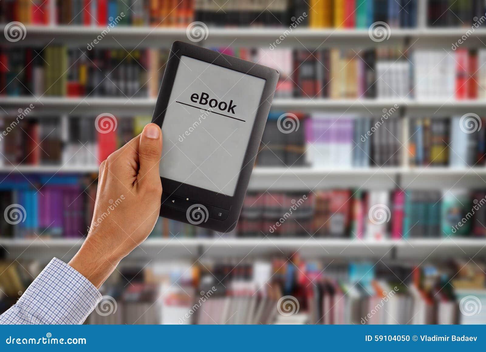 拿着与图书馆shelfs的Male's手空的e书在backgr