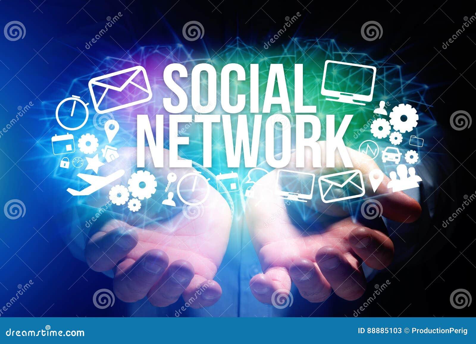 拿着与社会网络的人的概念未来派接口