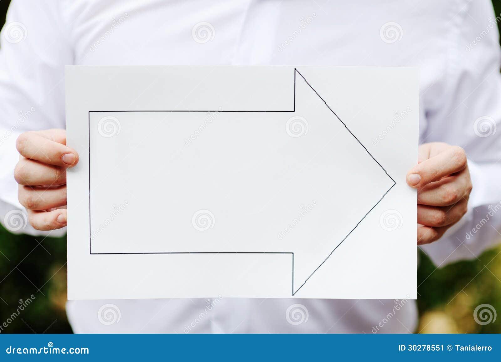 拿着标志的手表明正确的方向