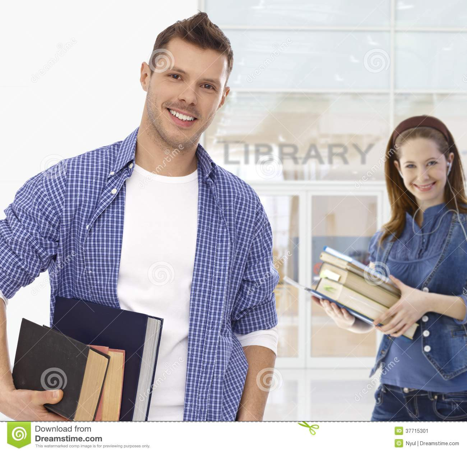 拿着书的男学生在图书馆