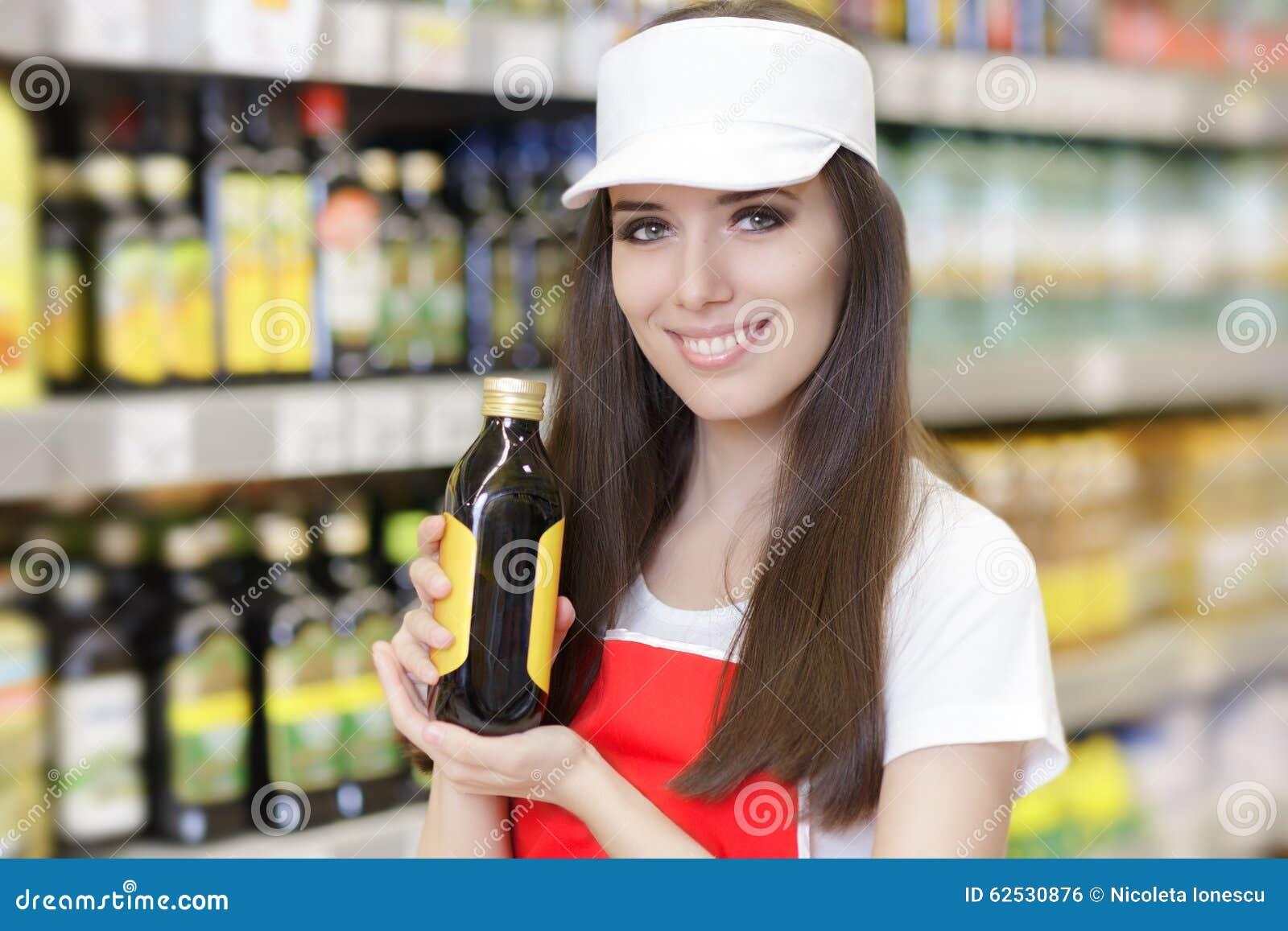 拿着产品的微笑的超级市场雇员