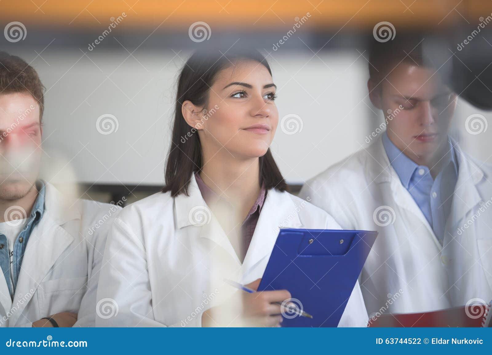 拿着化工实验研究的文件夹科学研究员 科学学生与化学制品一起使用在实验室里在u