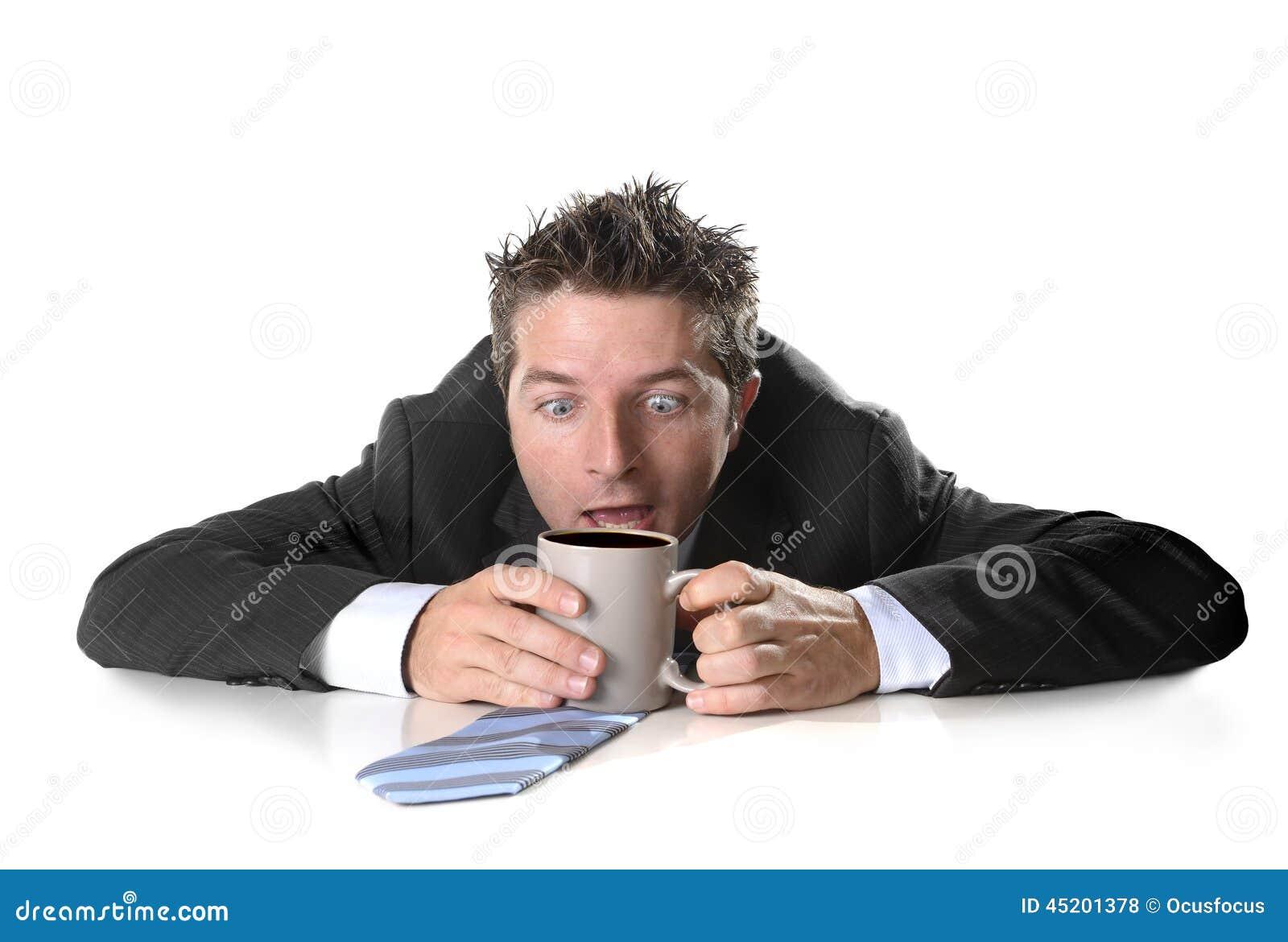 拿着咖啡的年轻上瘾者商人疯狂在咖啡因瘾